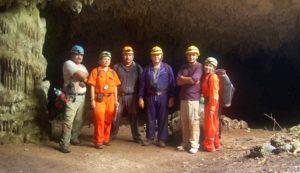 """foto grupal en la entrada a cueva """"la estrella"""""""